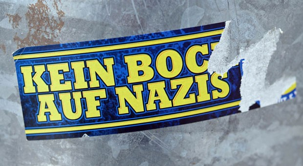 Kein Bock auf Nazis: Wer Ausländerfeindlichkeit in seinem Unternehmen unterbinden will, würde am liebsten allen Mitarbeitern mit zweifelhafter Gesinnung die Kündigung überreichen. Doch so einfach ist es nicht.