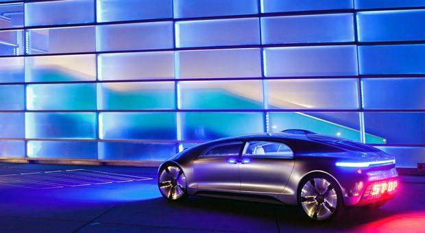 Ein autonom fahrendes Auto projiziert einen Zebrastreifen auf den Asphalt - diese Vision der Mobilität der Zukunft stellte Mercedes auf der Ars Electronica 2015 vor.