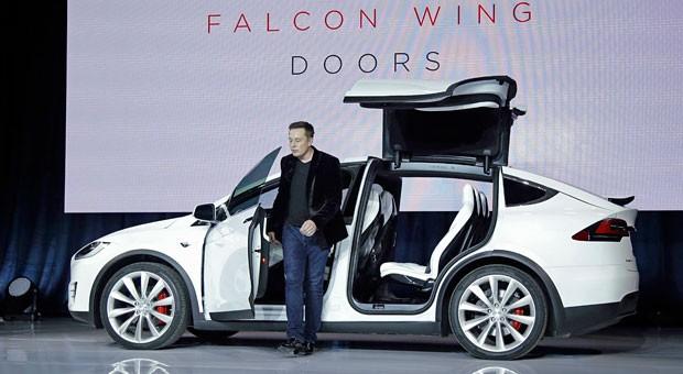 Ein Mann und sein Auto: Tesla-Firmenchef Elon Musk entsteigt dem neuen Elektro-SUV Model X.