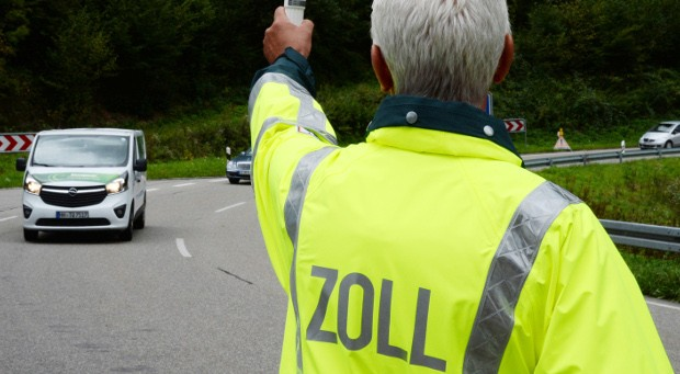 Zolloberinspektor Joachim Köpfer stoppt im Schwarzwald einen Kleintransporter.
