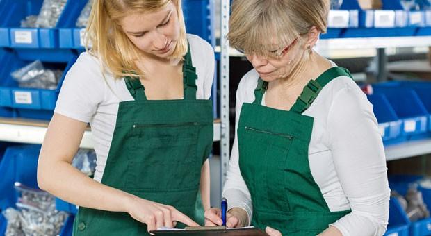 Kolleginnen bei der Arbeit: Nur 32 Prozent der 21- bis 30-Jährigen bezeichnen sich als hoch motiviert, bei den 61-Jährigen oder älteren sind es 40 Prozent.