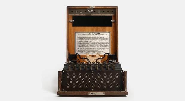 Die Enigma war eine deutsche Chiffriermachine im Zweiten Weltkrieg. Ihre Entschlüsselung durch die Briten soll mit kriegsentscheidend gewesen sein.