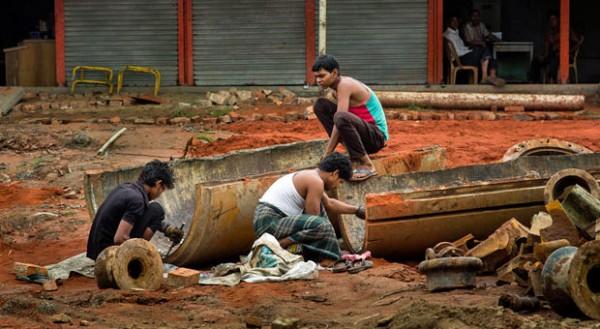 Alles wird verwertet: Am Straßenrand bearbeiten Tagelöhner alte Schiffsrohre.