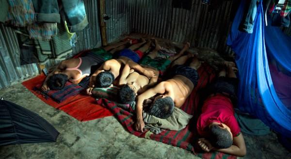 Kinderarbeiter schlafen in einer Wellblechhütte. Oft werden die Jüngsten in die Tanks der Schiffe geschickt, weil sie noch klein genug sind, um überall hineinzukommen.