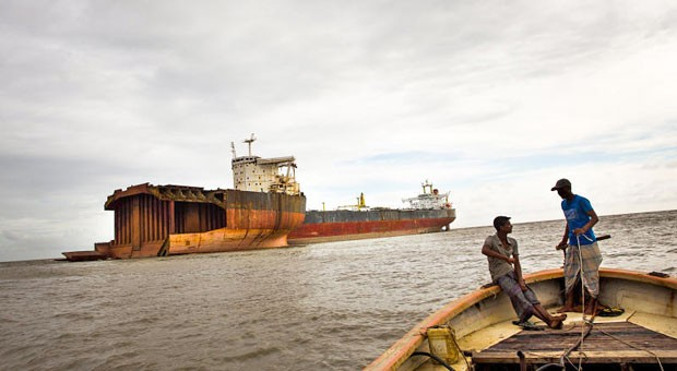 """Vor der Stadt Chittagong im Süden Bangladeschs liegen die Reste der """"Magdalene"""" auf dem Strand. Der Massengutfrachter fuhr zuvor für eine Hamburger Traditionsreederei."""