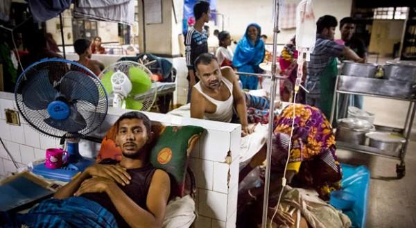 """Im Schlafsaal des Krankenhauses von Chittagong liegt Taslim (vorne links), der sich beim Abwracken der """"Magdalene"""" das rechte Bein verletzt hat. Er wird nur operiert, wenn die Familie die für sie hohen Kosten für die Behandlung aufbringen kann."""