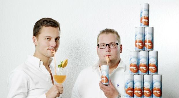 René Sinnwell, 23 (r.), und Nick Metz, 22, verkaufen Fruuna - einen Cocktail auf Weinbasis.