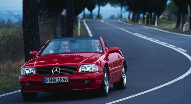 Besonders begehrt sind die R-129er-Modelle nach der letzten Modellpflege (Mopf 2) ab 1997 / 1998. Dann gibt es einen leicht geänderten Innenraum, bessere Sitze und Xenonlicht. Der 306 PS starke SL 500 ist für die meisten das Traummobil - und mit kaum über 100.000 Kilometern im Topzustand noch immer für unter 20.000 Euro zu erstehen.