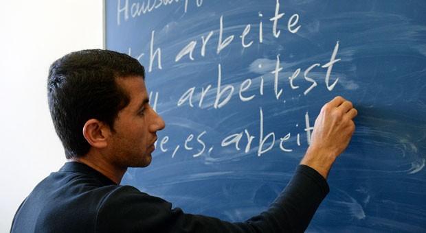 Hoch motiviert, aber nicht immer qualifiziert: Viele Flüchtlinge haben keine ausreichenden Deutschkenntnisse, um für Unternehmen als Fachkräfte in Frage zu kommen.