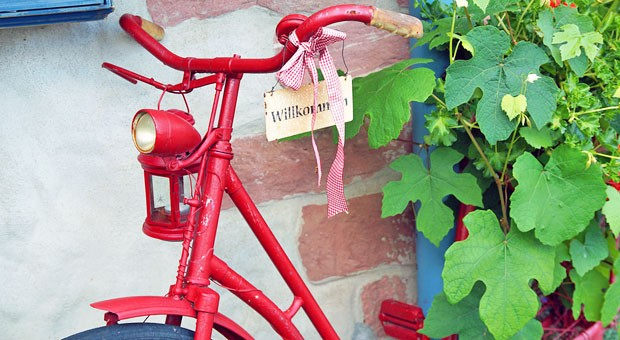 Guerilla-Marketing kann so einfach sein: Ein altes Fahrrad, ein nettes Schild - fertig ist die Werbung in eigener Sache.