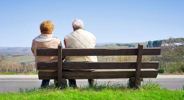 Senioren auf einer Bank: Bei Lebensversicherungen ohne Garantiezins ist die Rendite schwer vorhersagbar.
