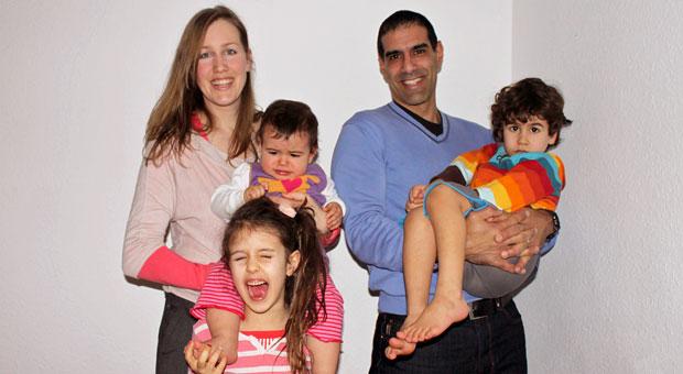 Mompreneurs Anna Yona mit ihrem Mann Ra Yona und den gemeinsamen drei Kindern.