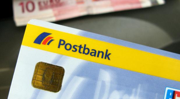 Auch die Deutsche Postbank hat bisher von den Kunden Extragebühren für Ersatzkarten verlangt. Diese hat der BGH nun für unzulässig erklärt.