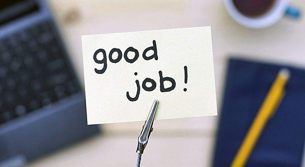 Ein Kärtchen auf dem Schreibtisch ist eine nette kleine Aufmerksamkeit - doch Sie sollten Ihre Mitarbeiter auch persönlich loben.