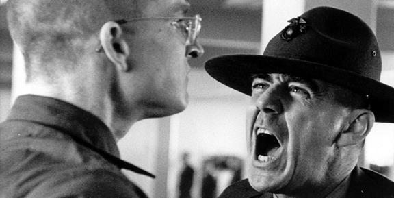 """""""Sir, yes, Sir!"""" ist kein Modell für moderne Unternehmen: Hierarchische Kommandostrukturen wie beim Militär (hier eine Szene aus Stanley Kubricks Film """"Full Metal Jacket"""") sind in der Wirtschaft Auslaufmodelle."""