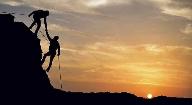 Vertrauensbildende Maßnahme: Am Berg muss ein Bergsteiger dem anderen vertrauen können. Doch auch für Unternehmen ist eine funktionierende Vertrauenskultur wichtig.