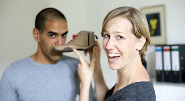 Anna Yona und ihr Ehemann Ran bei der Schuhprobe. Die gemeinsame Arbeit mit dem Partner hat Vor- und Nachteile.