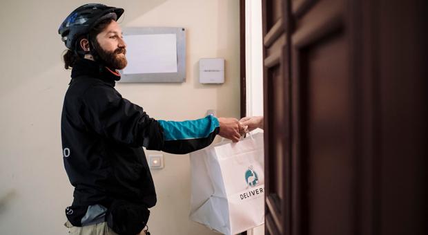"""Ein Fahrradkurier eines Lieferdienstes: Start-ups wie """"Deliveroo"""" nehmen Restaurants den Stress mit der Lieferung ab."""