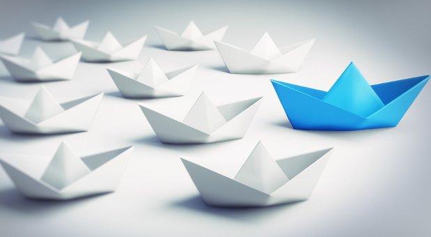 Vorbehalten und Gerüchten den Wind aus den Segeln nehmen: Chefs sollten ihre Mitarbeiter bei Digitalisierungsprojekten von Beginn an einbeziehen.