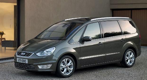 Ford Galaxy:  Wenn es etwas größer sein darf - oder sein muss, ist der Ford Galaxy seit Jahren eine Bank. Fünf Jahre alte Modelle mit Laufleistungen von bisweilen unter 100.000 Kilometern sind für 11.000 bis 14.000 Euro auf dem Markt. Die beste Wahl beim Antrieb ist der 2.0 TDCi, der je nach Baujahr 140 PS oder 163 PS leistet und kraftvoll genug motorisiert ist, um auch längere Urlaubsfahrten entspannt hinter sich zu bringen. Der Realverbrauch hält sich mit knapp über acht Litern Diesel zurück.