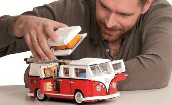 Das lässt die Herzen von Campingfans höher schlagen: Auch der legendäre Campingbus Volkswagen T1 Bulli ist als Lego-Modell erhältlich, komplett mit Rückbank, die in ein Bett umgewandelt werden kann und Textilvorhängen mit Karomuster. Für rund 110 Euro können Sie den Bulli unter den Weihnachtsbaum legen.