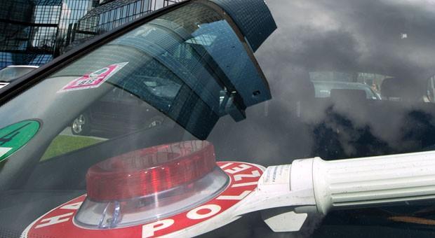 Streifenwagen vor der Deutschen Bank: Ein Bild wie dieses sollten Unternehmen bei Durchsuchungen versuchen zu vermeiden.