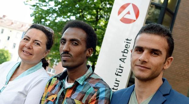 """Flüchtlinge aus Afghanistan, Eritrea und Syrien vorm Arbeitsamt: """"Ein drittes deutsches Wirtschaftswunder ist nötig - und möglich"""", schreibt der Verband """"Die Familienunternehmer""""."""