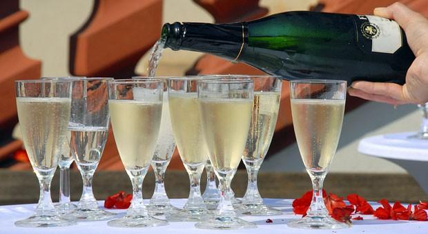 Hoch die Gläser! Bewirtungskosten bei einer Geburtstagsfeier im Betrieb können unter bestimmten Bedingungen als Werbungskosten abgezogen werden.