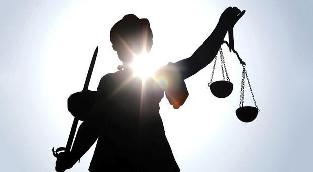 Justizia wacht darüber, dass es gerecht zugeht.  Zahlreiche Gesetzesänderungen und neuen Gesetze 2016 sollen Bürger und Firmen entlasten.