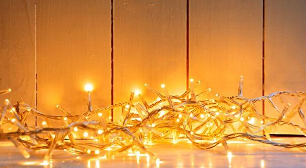 Wer bei der weihnachtlichen Beleuchtung Strom sparen will, entscheidet sich für eine LED-Lichterkette.