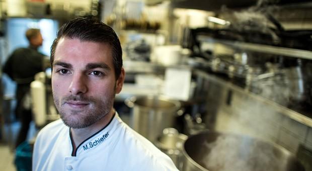 """Sternekoch Marcel Schiefer in der Küche seines Restaurants. Ende des Jahres gibt er die Auszeichnung zurück und schließt das """"Restaurant Schorn""""."""