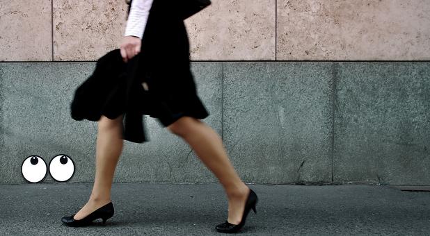 Auf das erfolgreiche Bewerbungsgespräch folgt die Gehaltsverhandlung. Gerade Frauen fällt diese Verhandlung schwer. Ob eine Mindestgehaltsangabe in der Stellenausschreibung das ändern kann?