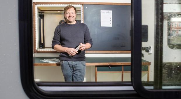 Moritz Kromer baut für Filmteams, die an wechselnden Orten im Freien drehen, Transporter zu Aufenthaltswagen mit Sofas und Fußbodenheizung sowie zu Masken- oder Garderobenwagen um.
