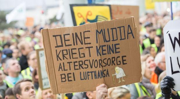 Streiks, wie hier bei den Flugbegleitern der Lufthansa, haben das Jahr 2015 geprägt.