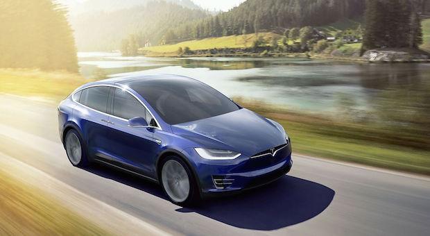 Zweifelsohne gehört dieses Auto zu den heiß erwarteten Modellen: der Tesla Model X (Marktstart: April 2016). Der Siebensitzer mit den speziellen Flügeltüren soll 450 Kilometer am Stück schaffen und in 3,4 Sekunden bis Tempo 100 sprinten – und das alles rein elektrisch, versteht sich.