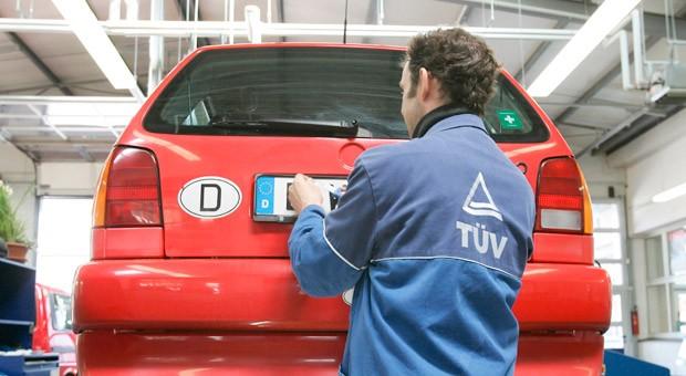 KFZ-Hauptuntersuchung beim TÜV in Berlin.
