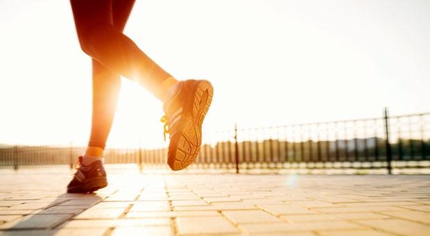 Immer mehr Läufer verwenden Fitness-Tracker, um ihre Trainingswerte zu analysieren. Das Fitness-Shirt Ambiotex misst unter anderem Puls, Atmung und Herzfrequenz.