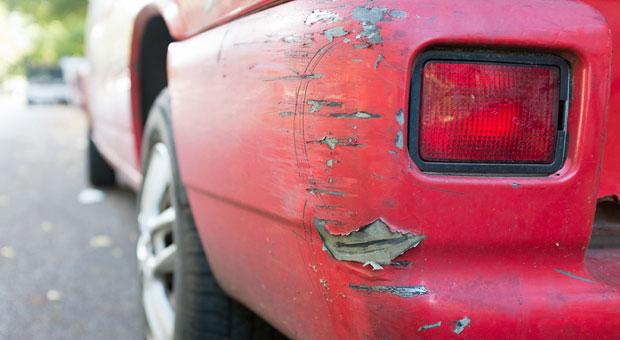 Wer den Fahrzeugwert ermitteln will, sollte sich sein Auto genau anschauen: Reparaturbedarf senkt den Wert - auch wenn Händler meist günstiger reparieren lassen können als der Autobesitzer.