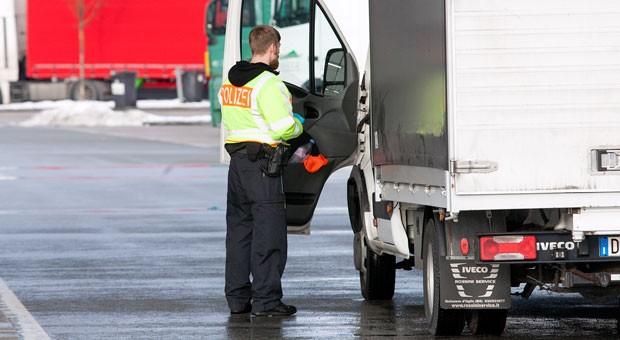 Grenzkontrolle an der deutsch-österreichischen Grenze: Geht die Kontrolle über einen Blick ins Führerhaus hinaus, kann es  durch die Verzögerung Probleme mit den Ruhezeiten geben.
