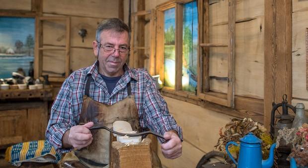 Holzpantoffelhersteller Manfred Karolczak in seiner Werkstatt im Spreewaldort Burg. Seit 1909 werden in dem kleinen Familienbetrieb in Handarbeit Schuhe geschnitzt. Das Holzoberteil wird mit Schweinsleder bespannt und mit Draht befestigt. Nach rund einer Stunde sind ein Paar Holzpantoffeln hergestellt.