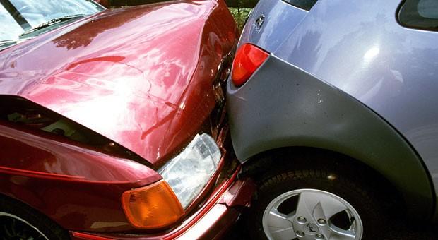 Au weia, ein Unfall! Allein im September krachte es 209.917 mal auf Deutschlands Straßen. Damit die Autoversicherung zahlt, ist eine Schadensmeldung nötig.