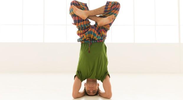 Von wegen Rentnerurlaub: Im Alter kann man nochmal einiges auf den Kopf stellen, zum Beispiel als Seniorgründer eines Yogastudios.