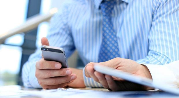 Im Meeting mit dem Smartphone herumspielen? Höflich ist das nicht. Aber beim Umgang mit Handy lauern noch andere Knigge-Fallen.