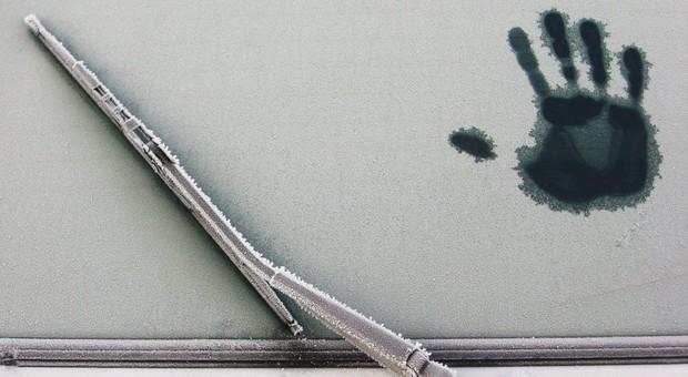 Freie Sicht im Auto ohne Eiskratzen? Das geht -mit einer Standheizung. Das Nachrüsten lohnt sich aber nicht immer.