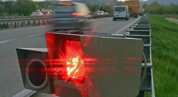 Wenn es im Ausland blitzt: Bei einem Strafzettel können Autofahrer meist nicht darauf hoffen, in Deutschland verschont zu werden.