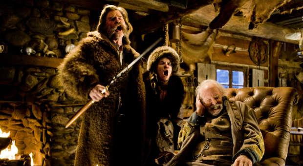 Unfreiwillige Hüttengesellschaft: John Ruth (Kurt Russell), seine Gefangene Daisy Domergue (Jennifer Jason Leigh) und General Sanford Smithers (Bruce Dern)