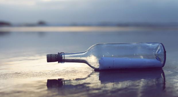 Sind Ihre Mails auch wie eine Flaschenpost, die Sie ins Meer werfen und von der Sie nicht wissen, ob sie jemals angekommen ist? Dann sollten Sie die Tipps beherzigen, wie Sie E-Mails richtig schreiben.