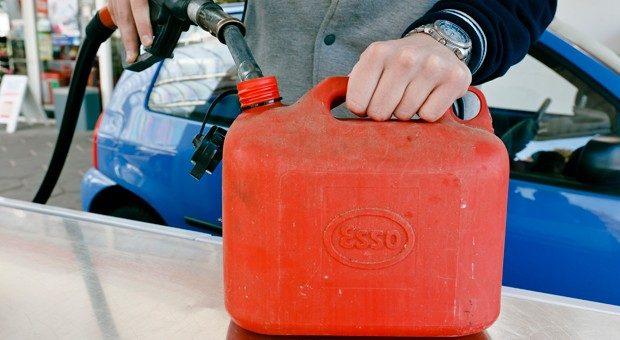 Einfach in den Kanister füllen und fertig? So einfach ist es nicht. Beim Lagern von Benzin oder Diesel muss einiges beachtet werden.