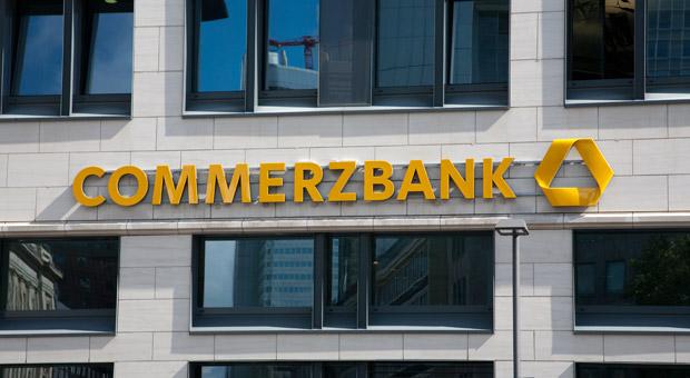 Die Commerzbank verlangt inzwischen auch bei vielen Mittelständlern einen Strafzins auf hohe Guthaben.