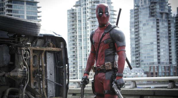 """Mehr Blut, mehr Sex, mehr Witz: Mit """"Deadpool"""" kommt eine unterhaltsame, nicht-jugendfreie Marvel-Comicverfilmung ins Kino - mit einem herrlich selbstironischen Ryan Reynolds."""